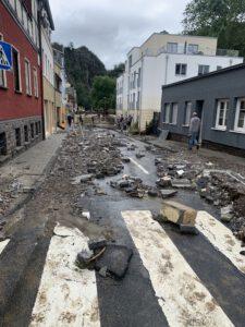 Am Tag nach der Naturkatastrophe. Anwoher laufen umher. Sie ahnen nicht, dass später Plündere kommen werden. (Foto: Lindemann)
