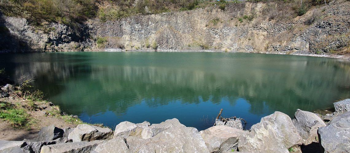 Ein Basaltsee kann 30 Meter und mehr tief sein. (Foto: Inga Sprünken)