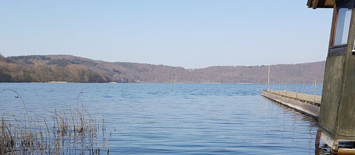 Der Laacher See sieht harmlos aus. (Foto: Inga Sprünken)