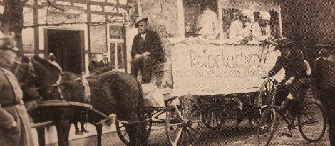 Schon vor mehr als hundert Jahren gab es auch in kleinen Orten wie Much an Rosenmontag Umzüge. (Foto: Inga Sprünken)