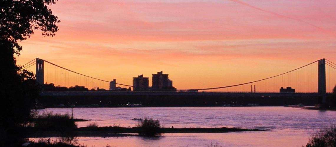 Die Rodenkirchener Brücke in romantisches Abendlicht getaucht. (Foto: Inga Sprünken)